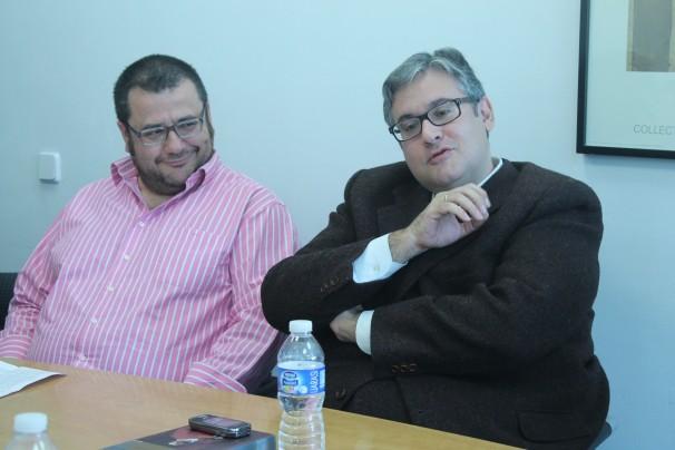 Juan Manuel de Prada gesticula junto al periodista de ABC Antonio Astorga