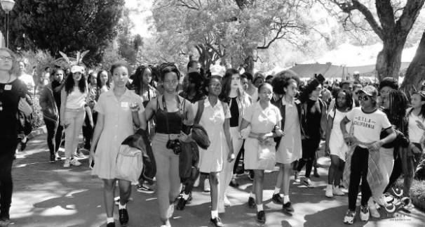 Imagen de las protestas de las mujeres en África, a la derecha, la joven Zulaikha Patel- Twitter