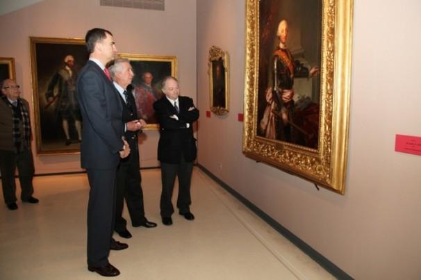 El Principe Felipe visita la exposición sobre el Toisón de Oro