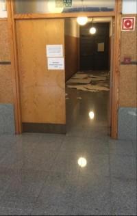 Imagen del techo caído delante de la salida de emergencia. Foto: Alumno del Conservatorio.