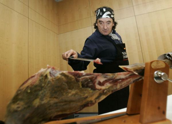 El maestro Florencio Sanchidrián haciendo una demostración de su particular estilo cortando jamón. Foto: Chema