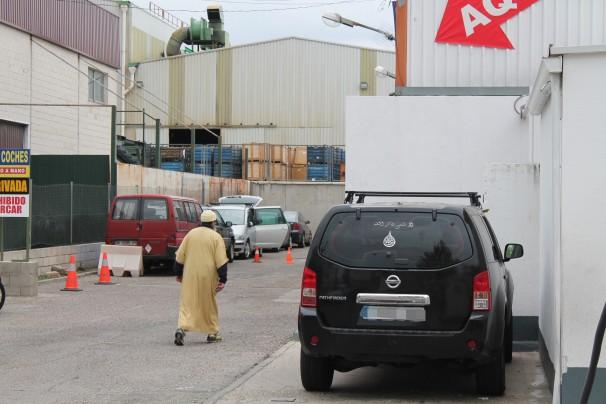 Un señor se adentra en el callejón sin salida que alberga la «mezquita»