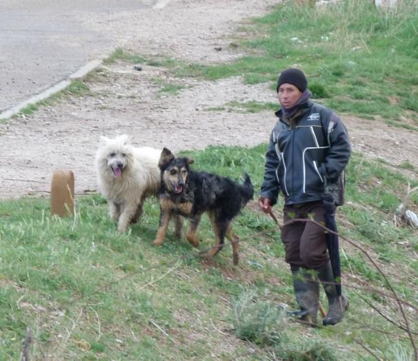 Abdul y sus dos perros pastores. FOTO: G.L.