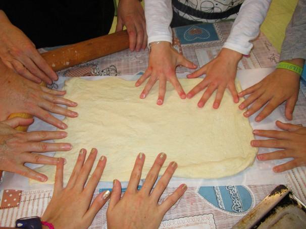 Los participantes de las jornadas de cocina preparan un amasado. Foto: L.M.
