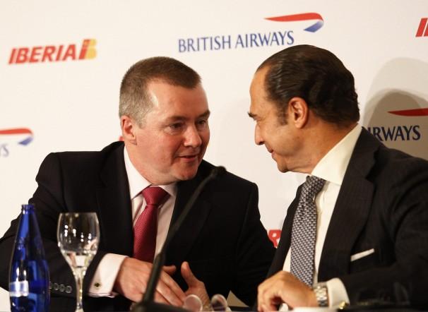 El CEO de IAG, Willie Walsh (izda.) estrecha la mano del actual presidente de Iberia, Antonio Vázquez. Foto: Ernesto Aguado