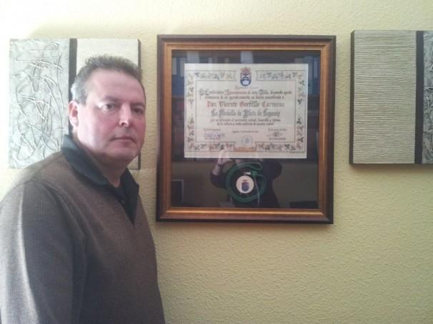 Vicente Gordillo posa con la medalla de plata de Leganés, que el Ayuntamiento le concedió el pasado diciembre