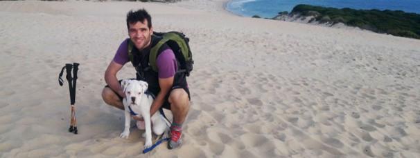 Carlos Matallanas junto a su perro en una playa de Cádiz Foto/C.M