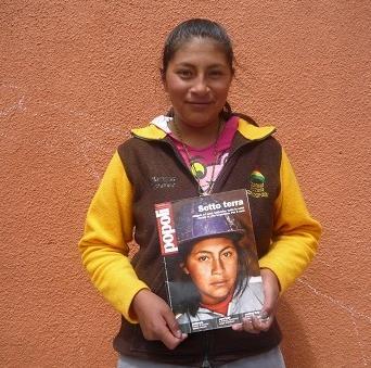 Ander vuelve a Bolivia y le regala a Abigaíl el ejemplar de la revista italiana Popolo, donde publicó el reportaje Mineritos. Foto: Ander Izagirre