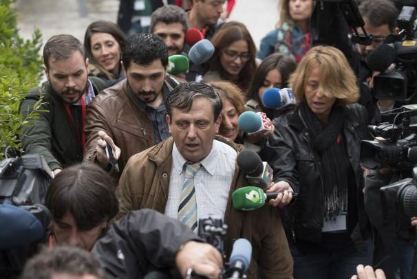 Cristobal Sitjar, abogado del pederasta de Ciudad Lineal, rodeado de periodistas - Foto: De San Bernardo