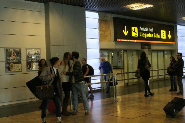 Pareja se reencuentra en el Aeropuerto de Barajas. Foto: E. R.