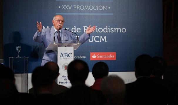 Enrique de Aguinaga, en un momento de su intervención en el acto de clausura del XXV Máster de Periodismo ABC-UCM. Foto: ABC.