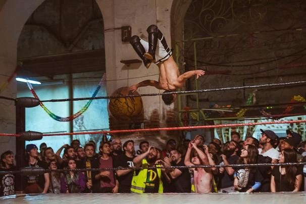 A-Kid haciendo un salto acrobático
