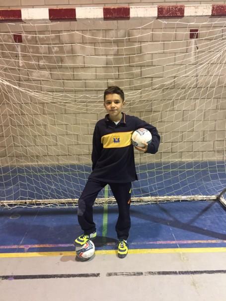 Alex posa con dos balones tras marcar dos goles