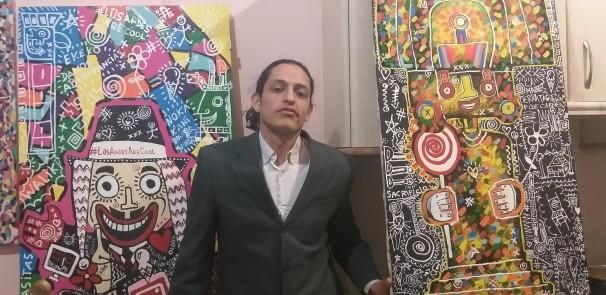 Augusto Mendoza entre dos de sus obras
