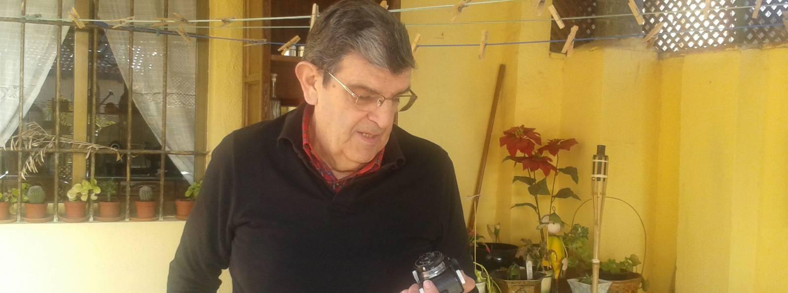 Baldomero Perdigón mira la que fue su primera cámara fotográfica. Fotos: Belén García