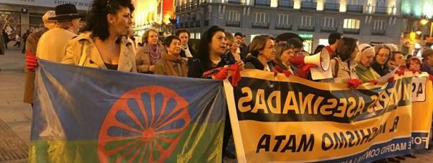 Una mujer gitana con bandera romaní en una manifestación contra el machismo. Foto: AGFD.