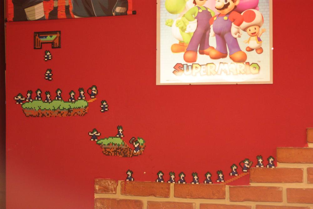 Personajes del videojuego Súper Mario decoran las paredes rojas del Bar Vader