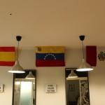 Las banderas española, venezolana y peruana cuelgan de la pared del local en alusión a la nacionalidad de los tres socios. Foto: M. Ruiz de Arcaute