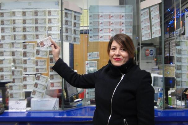 Beatriz Rubia posa con un boleto en la administración 'Valderas'