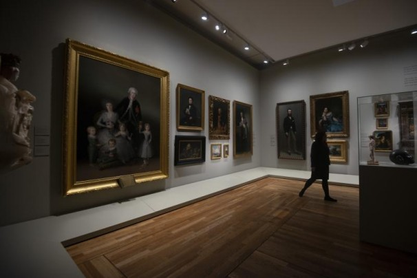 Los turistas opinan sobre la exposición del bicentenario del Museo del Prado.Foto: Maya Balanya/ABC