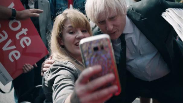 Richard Goulding interpreta a Boris Johnson (Dcha.)