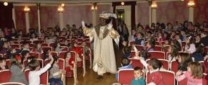 El rey Baltasar saluda a los niños