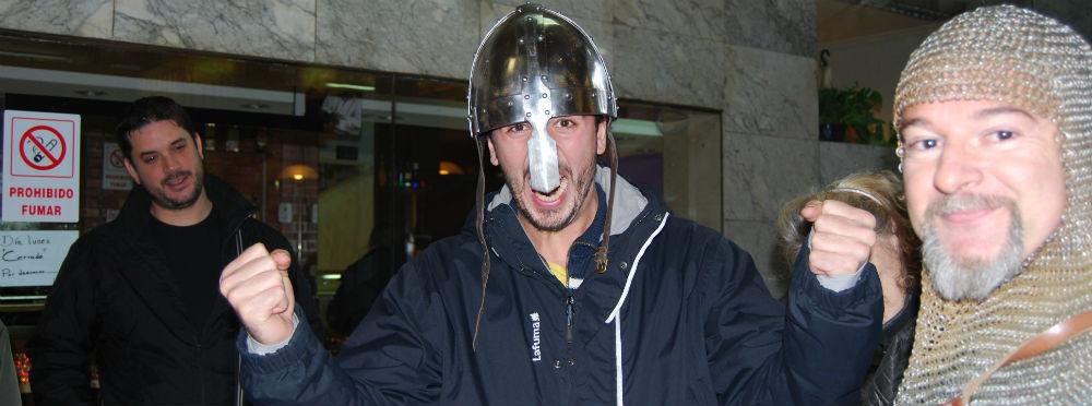 Un joven se prueba un casco medieval