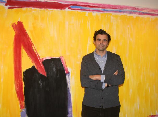 Adolfo Cayón delante de Frigiliana, de José Guerrero (1985). Foto: N. M