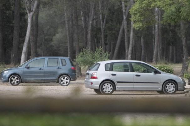 Dos coches aparcados en el pinar del cerro / Eduardo San Bernardo