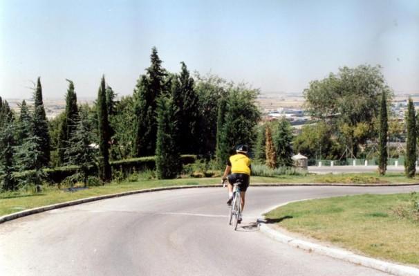 Un ciclista bajando desde la Ermita al pinar / Eduardo San Bernardo