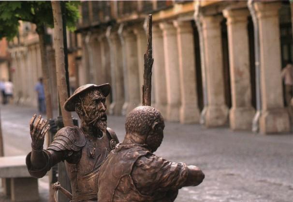 Don Quijote y Sancho Panza a las Puertas de la Casa Natal de Cervantes. Foto: Baldo