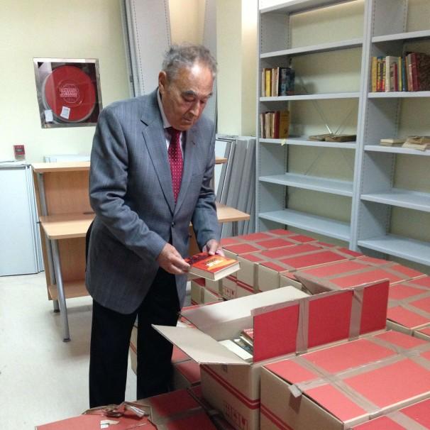 Los libros aguardan en cajas su destino definitivo