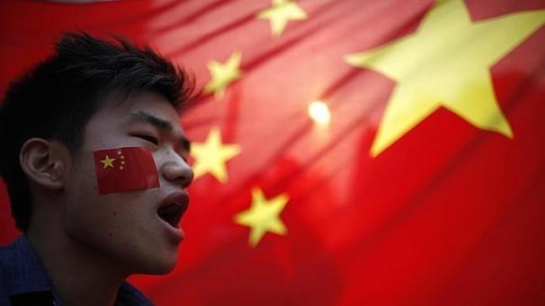 中國人民共和國旗及中國青年(圖中人物並非當事人,純為示意)