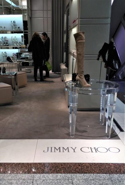 Lian atendiendo a una clienta española en Jimmy Choo. Foto: M.A.E