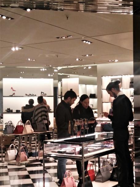 Clientela china comprando en la boutique Prada. Foto: D. M.