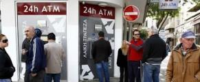 Colas ante un cajero en Chipre. Foto: EFE