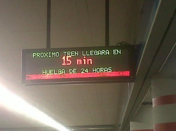 Cartel informativo del próximo tren de Metro en Atocha