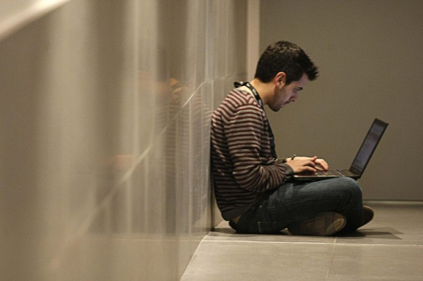 Abraham Coco escribe durante un descanso. Foto: Congreso de Periodismo Digital