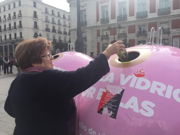 Lola, vecina de la Puerta del Sol, reciclando vidrio para luchar contra el cáncer de mama. Foto: E.C.