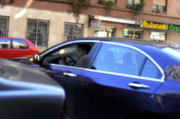 Un cundero en un coche de alta gama