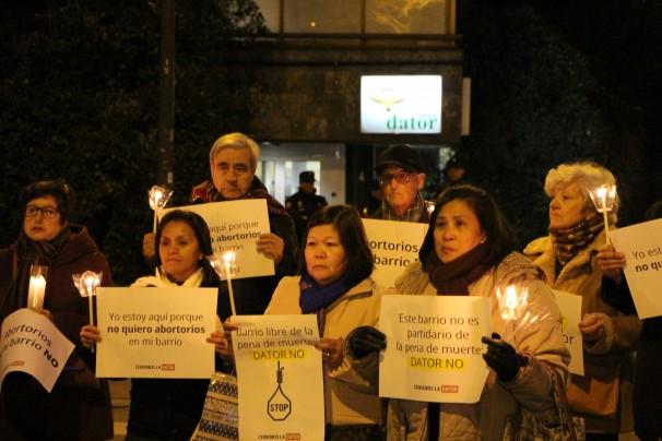 Un grupo de miembros de HazteOir se manifiesta contra la clínica Dator / Foto: HazteOir