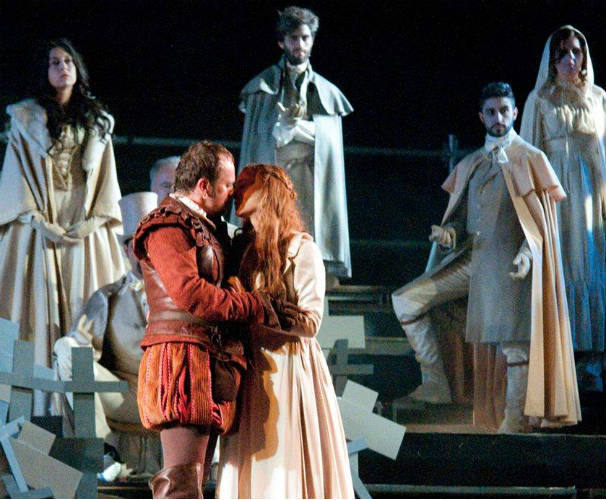 Fernando Cayo y Marta Hazas se abrazan en la última escena de la obra. Foto: Facebook Don Juan de Alcalá