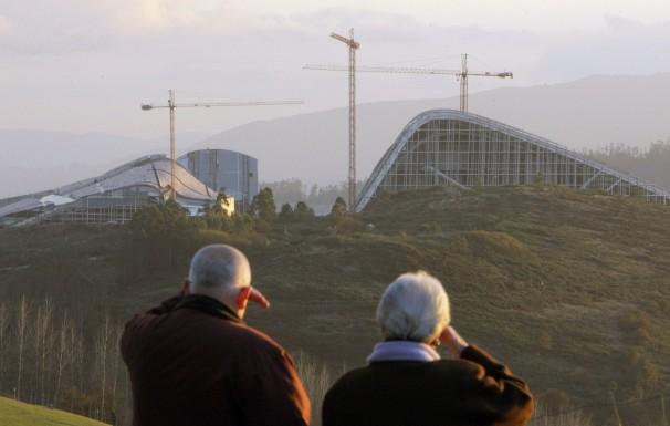 Dos hombres observan la Ciudad de la Cultura desde el Monte Gaiás. EFE