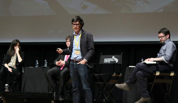 Borja Bergareche en la ponencia Periodismo emprendedor. Detrás, Delia Rodríguez, Luis Martínez y Ramón González. Foto: M. Nieves Mira