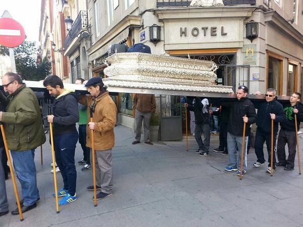 Hermanos de la Cofradía de los siete dolores ensayando para Semana Santa. Foto: HAY QUE PONERLO