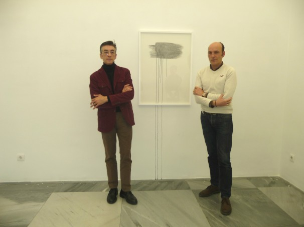 Los directores de la Galería Espacio Mínimo (izqda.) y Luis Valverde (dcha.) posan frente a la obra «To be Continued», de Susan Collis
