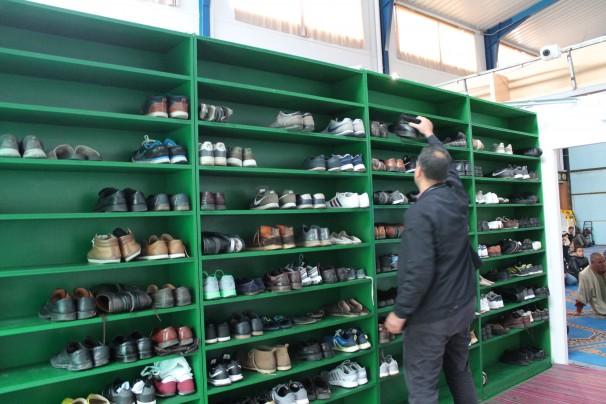 Abdelmonim Bakkach, secretario general de la comunidad islámica Al Hijrah, deposita su calzado