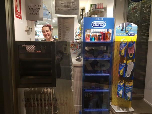 Jéssica Hernández en el mostrador de la farmacia. FOTO: Gregoria Caro