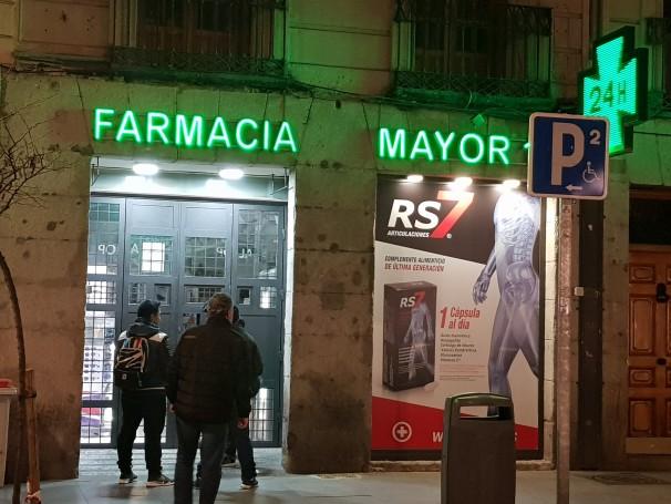 Clientes hacen cola en una farmacia del centro de Madrid. FOTO: Gregoria Caro