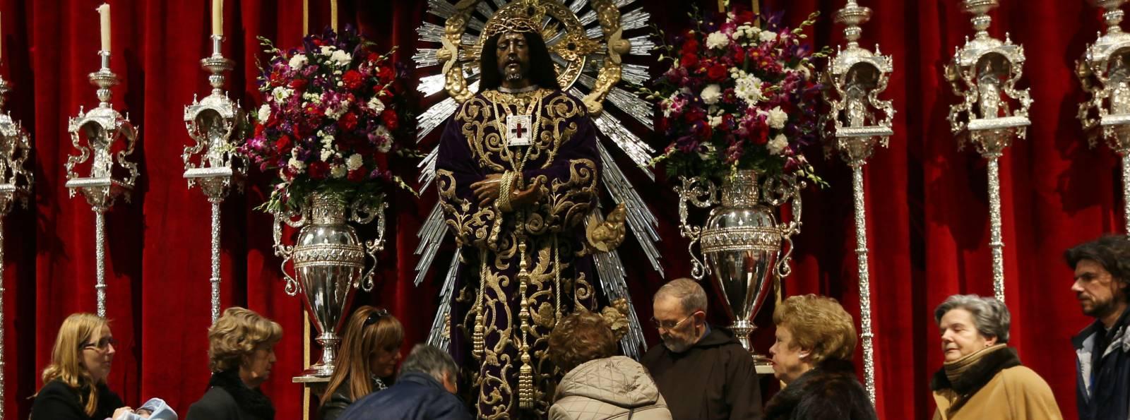 Fieles tocan los pies del Cristo de Medinaceli. Foto Ernesto Agudo